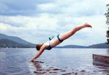 Simmare. En kvinna som hoppar i vatten . Foto: Todd Quackenbush Licens: Unsplash (free use)