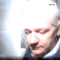 Julian Assange den 21 okt 2019 i London efter ett förhör om utlämning till USA. Foto: Ruplty.com