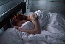 Bild på en kvinna som sover. Foto: Ivan Oboleninov. Licens: Pexels.com (free use)