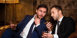 Skeptiska män som röker. Licens: Crestock.com
