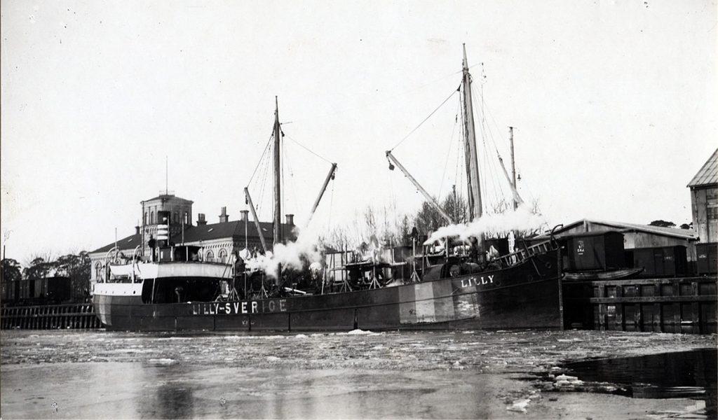 Lastångaren Lilly, 1918. Foto: Edvard Bernh Dahlgren. Licens: Public Domain