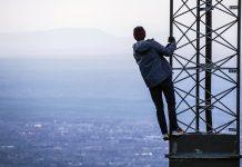 Yngling klättrar i mobilmast. Foto: Jack Sloop. Licens: Unsplash.com
