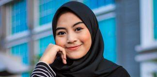 Hijab på muslimsk kvinna. Foto: Summer Breeze. Licens: Pexels.com