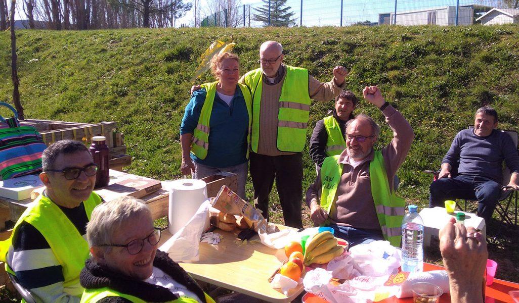 Gula västarna i Provence. Här syns Sveriges Ingemar Ljungqvist iklädd lånad gul väst tillsammans med frispråkiga Ann-Heléne Trotzier framför picknickbordet. Privat foto.