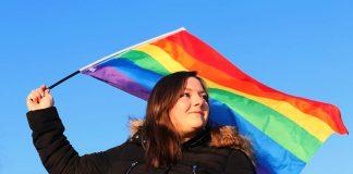 Jonna Deilert vinkar för Skellefteå Pride. Pressfoto: RFSL Skellefteå