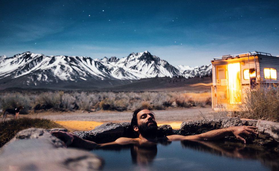 Man i het källa i Mammoth Lakes, USA. Foto: Robson Hatsukami Morgan. Licens: Unsplash.com