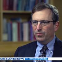 Epidemiolog Jim Axelrod, 2 mars 2020. Foto: CBS Evening News