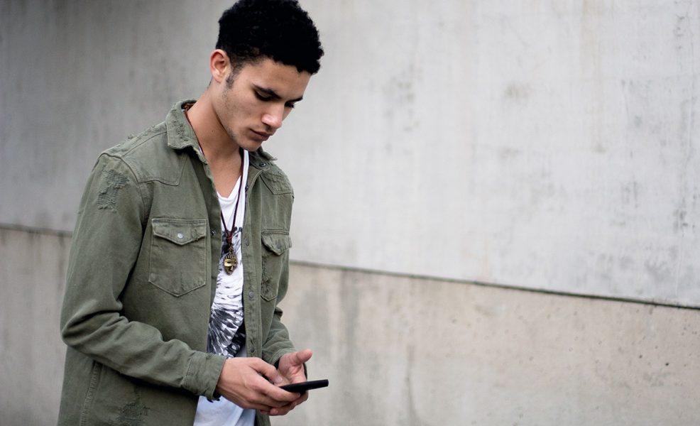 Man med cellphone/mobiltelefon. Foto: Darion Queen. Licens: Unsplash.com