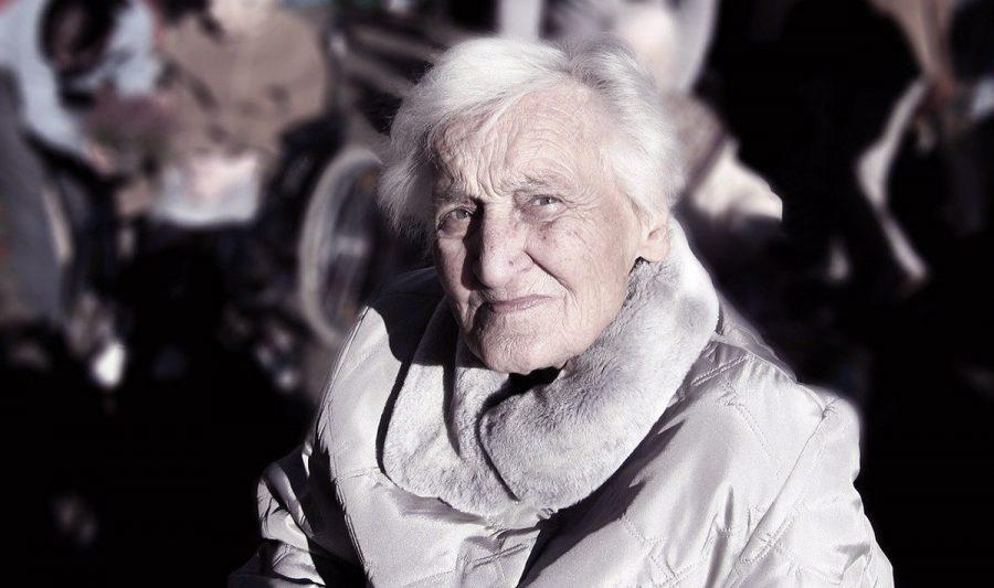 Äldre kvinna. Foto: Gerd Altmann. Licens.Pixabay.com
