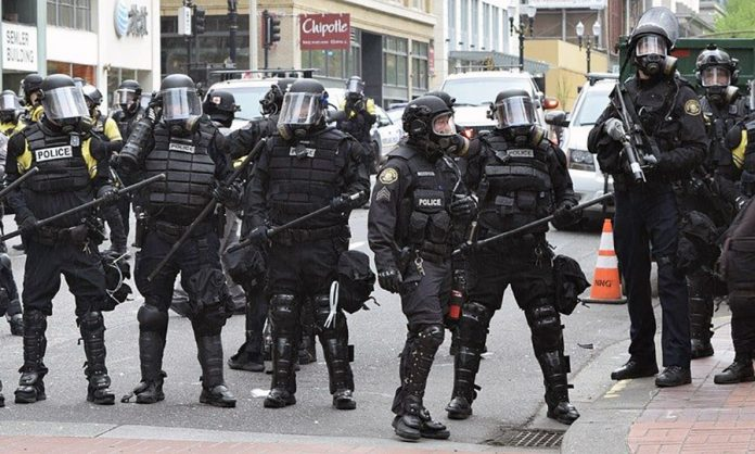 police state, polisstat, kravallpoliser. Foto: Joan Brown 51. Licens: Pixabay.com