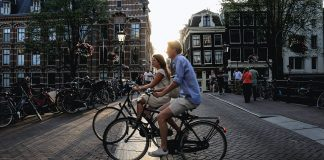 Cyklister i Amsterdam. Foto: Sabina Fratila. Licens: Unsplash.com