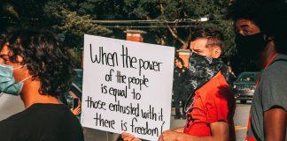 """""""Black lives matter"""" och protester mot makten. Foto: Maria Oswalt. Licens: Unsplash.com"""