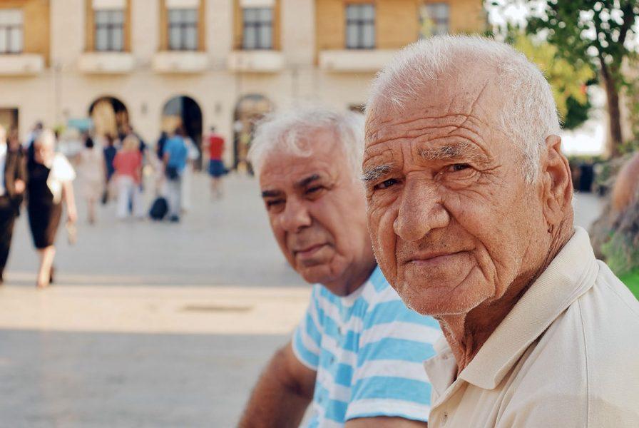 Äldre män. Foto: Anna Auza. Licens: Unsplash.com