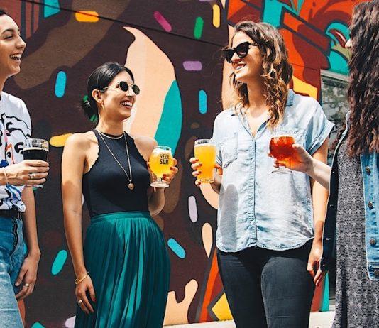 Kvinnor som diskuterar. Foto: Elevatebeer.com. Licens: Unsplash.com