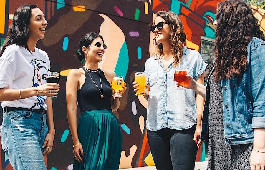 Kvinnor som diskuterar. Foto: Elevate Beer. Licens: Unsplash.com