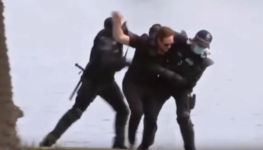 Polisen i Australien brottar ner man som vägrar bära andningsskydd, 2020. Privat foto