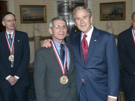 Fd president George W. Bush och dr. Anthony Fauci, 2005. Foto: White House Photo Office. Licens: Public Domain