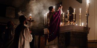 Bild: Katolsk ceremoni. Foto: Josh Applegate. Licens: Unsplash.com
