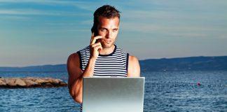 Modellfoto: NewsVoice-läsare med laptop. Foto: Damir Spanic. Licens: Unsplash.com