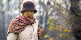 Old lady, elderly, pensionär. Foto: Bensopile. Licens: Pixabay.com