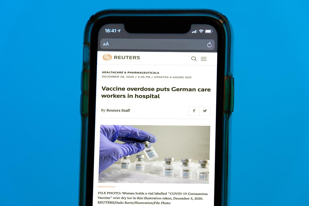 Reuters om överdosering av vaccin. Licens (mobil): Unsplash.com. Bild: NewsVoice.