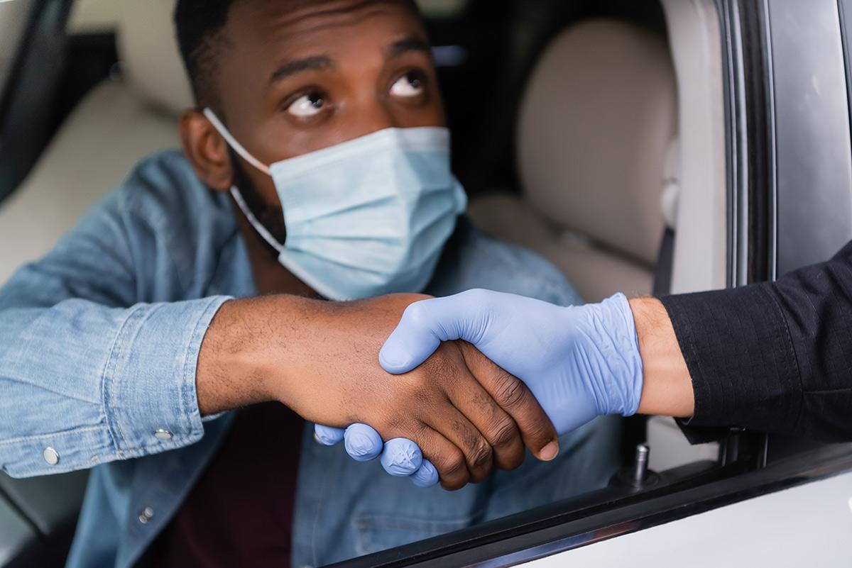 Handskakning tveksamt under coronarepressionen. Foto: LightField Studios. Licens: Shutterstock.com