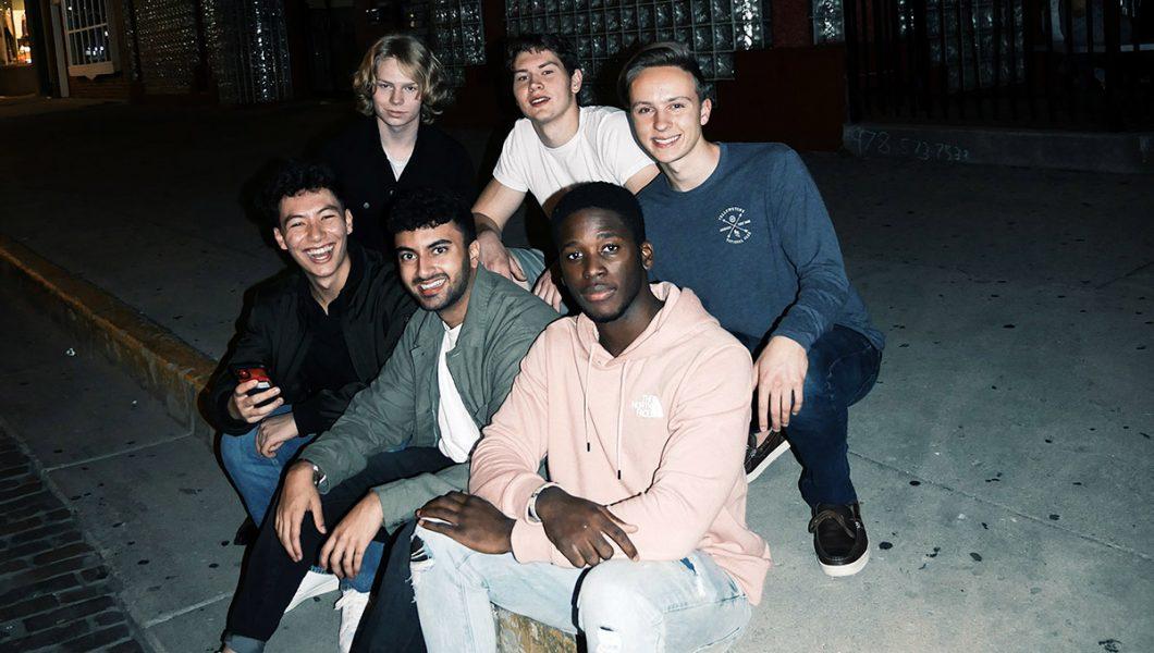 Bild: multikulturella vänner. -Foto: Mark Decile. Licens: Unsplash.com