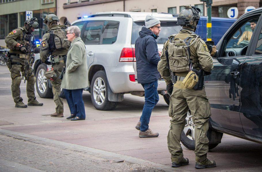 Polisen efter terrorist attack i Stockholm 7 april, 2017. Foto: Frankie Fouganthin. Licens: CC BY-SA 4.0.