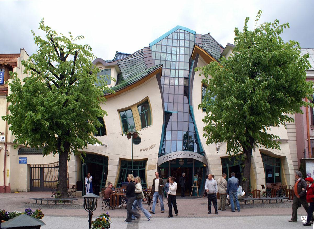 Postmodernismen har sin egen arkitektur. Foto: Krzywy Domek. Licens: CC BY-SA 3.0, Wikimedia