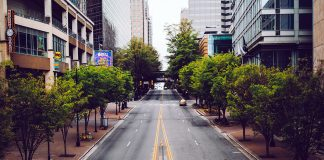 Lockdown, empty street. Foto: Wes Hicks. Licens Unsplash.com