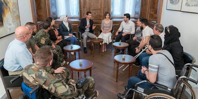 Syriens president al-Assad, myndighetspersoner och svårt skadade krigsveteraner. Foto: SANA.sy