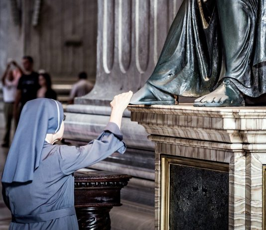 Temabild: Katolsk nunna. Foto: Robert Cheaib. Licens. Pixabay.com