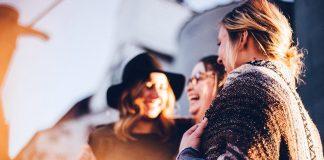 Lyckliga människor. Foto: StockSnap. Licens: Pixabay.com
