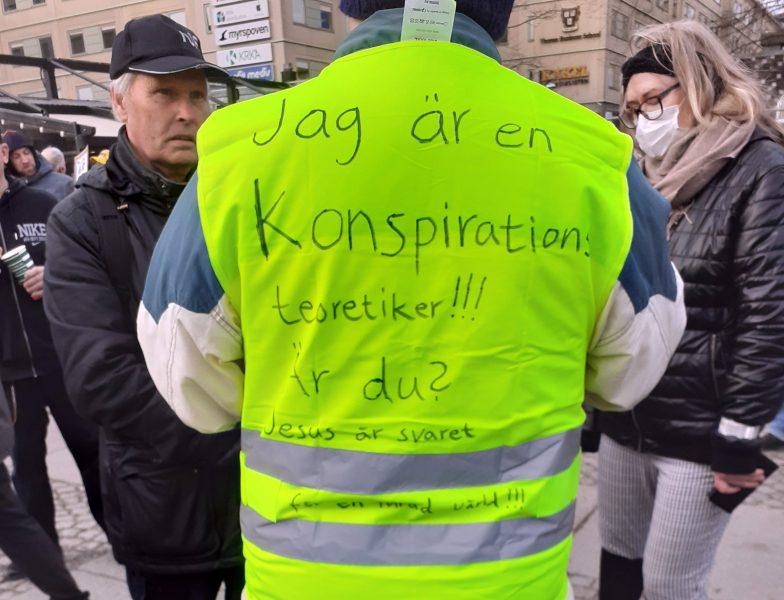 Konspirationsteoretikern på Tusenmannamarschen 2021. Foto: NewsVoice.se