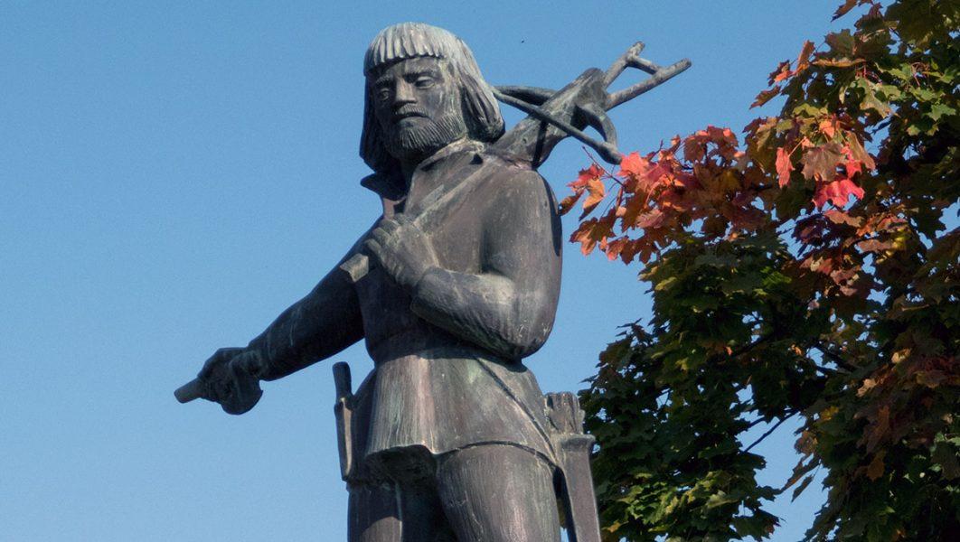Nils Dacke frihetskämpen. Staty från 1956 av Arvid Källström på Gamla Torget i Virserum. Foto: Adamxyz. Licens:  CC BY-SA 4.0, Wikimedia