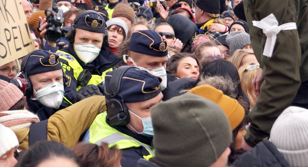Tusenmannamarschenden 6 mars 2021. Polisen bland folk. Foto: Torbjörn Sassersson, NewsVoice.se