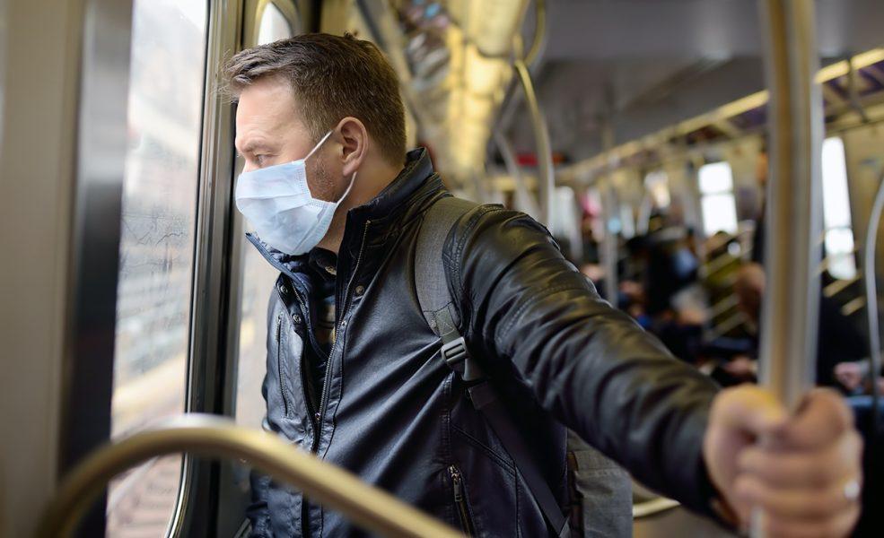 Man med munskydd. Foto: Maria Sbytova. Licens: Mostphotos.com