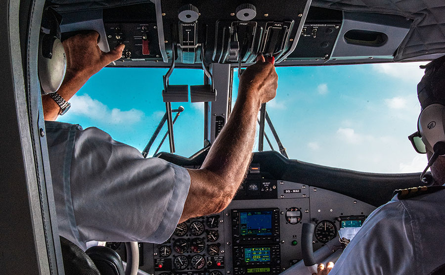 Piloter i cockpit. Foto: Rayyu Maldives Photographer. Licens: Unsplash.com