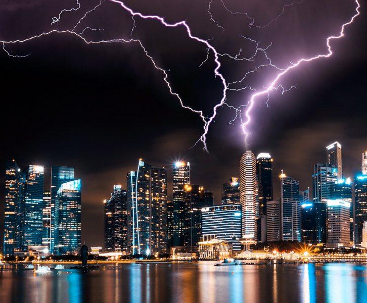 Oväder i Singapore. Foto: Lee Junda. Unsplash.com