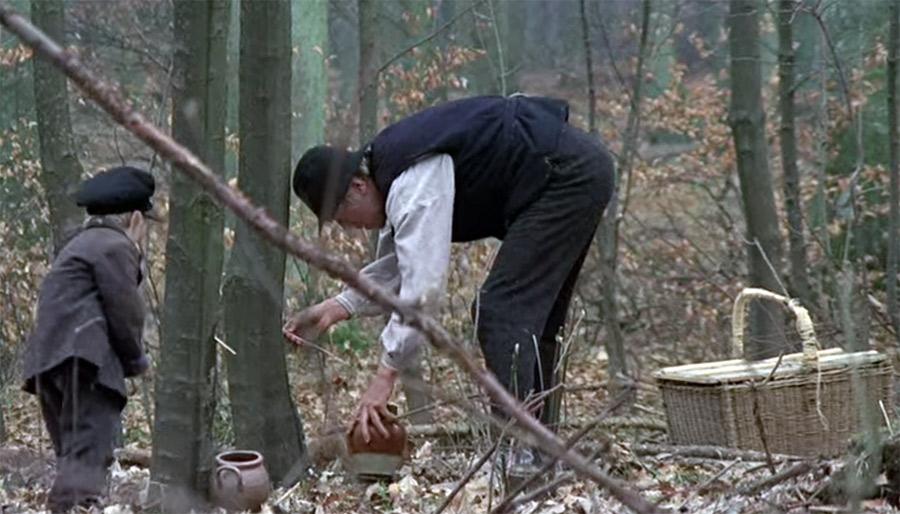 """Karl-Oskar preppar i """"Amerikat"""". Bildruta från filmatiseringen av """"Nybyggarna"""" av Moberg."""