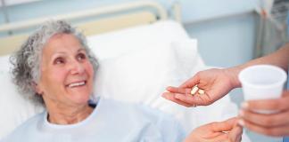 Äldre person får piller i svensk sjukvård